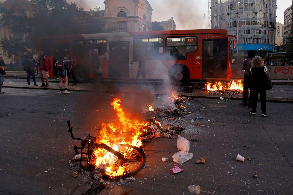 Santiago de Chile, en caos tras protestas por aumento de tarifa del Metro