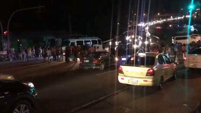 Residentes de Arraiján cierran la vía Interamericana por falta de agua; Idaan enviará cisternas