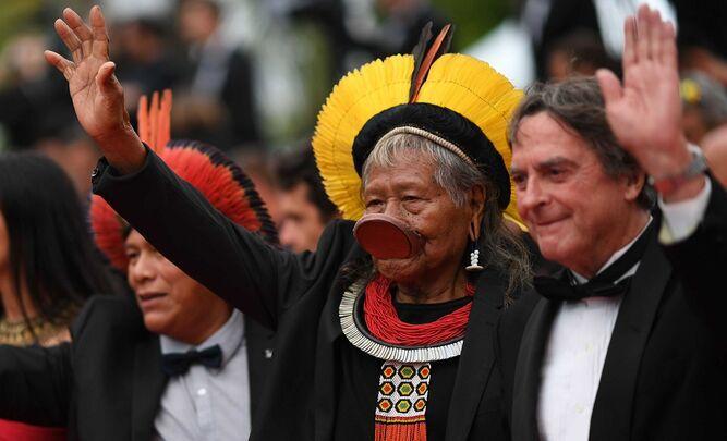 Líder indígena brasileño Raoni, en la alfombra roja de Cannes