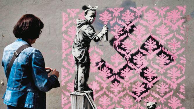 Banksy pinta París con murales sobre la inmigración