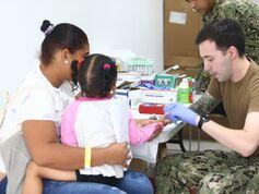 Presidente Laurentino Cortizo visita buque hospital en Colón