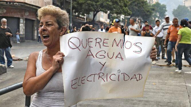 Protestan por falta de energía eléctrica y agua