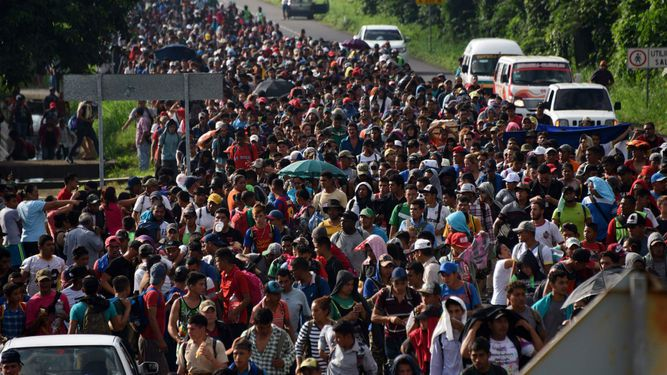 Migrantes en México reanudan la marcha hacia Estados Unidos