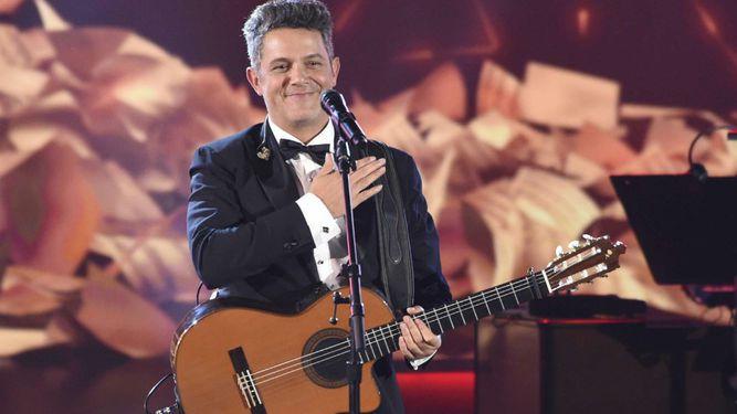 Alejandro Sanz escucha emocionado el homenaje de sus amigos