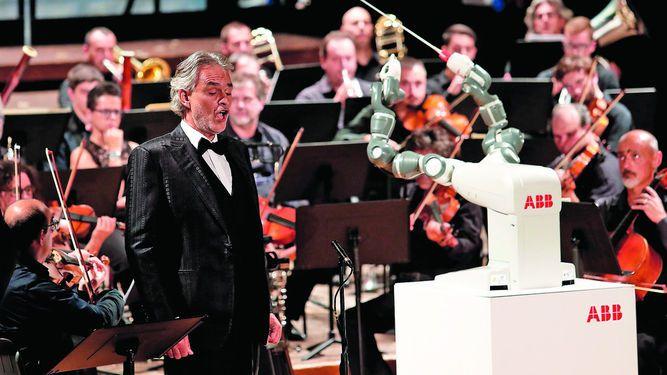 Robot 'director de orquesta' se roba el protagonismo