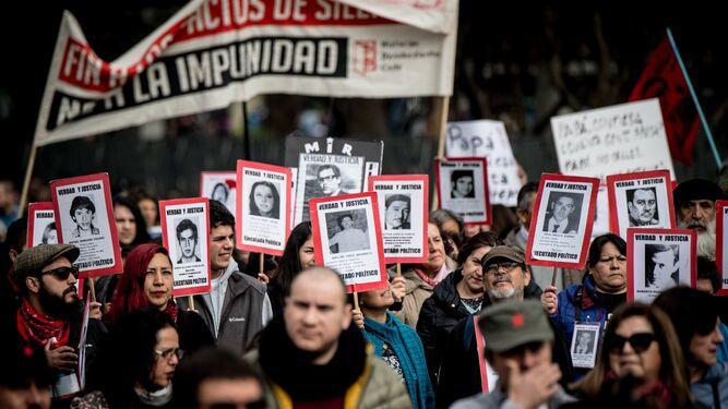 A los 46 años del golpe de Pinochet, multitudinaria marcha en recuerdo de sus víctimas