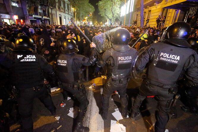 Presidente regional de Cataluña pide detener los disturbios