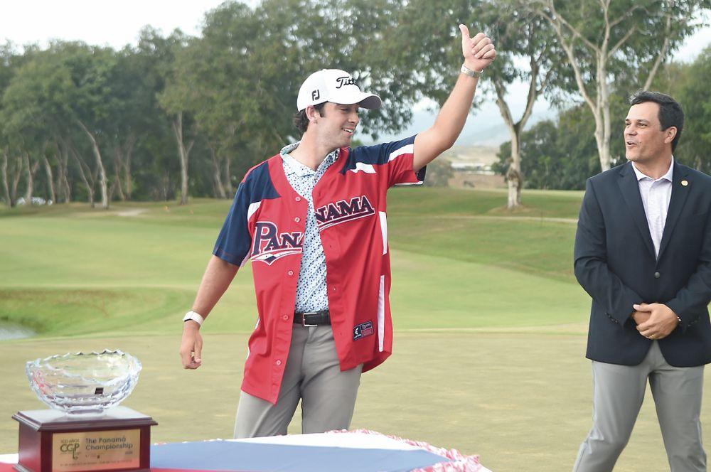 Riley levanta la copa en el Panamá Championship