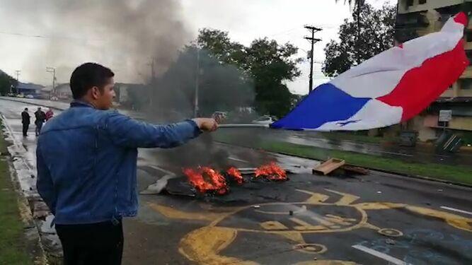 Estudiantes de la Universidad de Panamá vuelven a cerrar la vía Transístmica