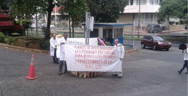 Técnicos de la Caja de Seguro Social protestan