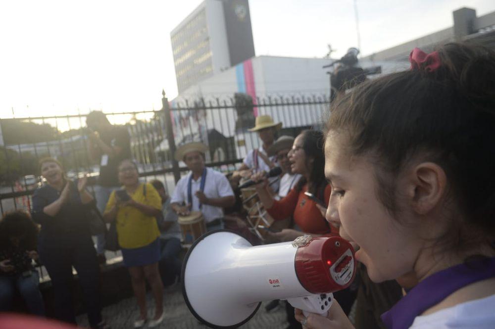 Caso Arquesio Arias: grupo de mujeres protesta frente a la Asamblea