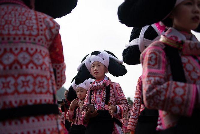 Mujeres con tocado de cabello de antepasados celebran el  Año Nuevo lunar chino