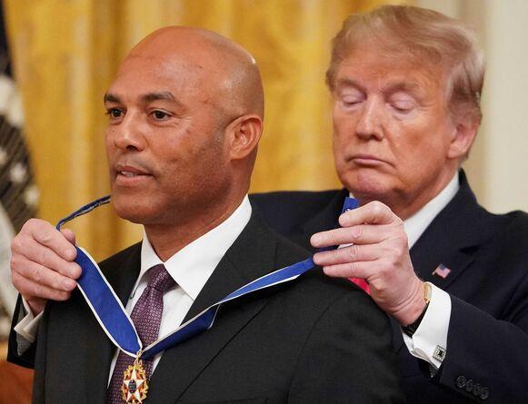El panameño Mariano Rivera recibe la medalla presidencial de la Libertad por parte de Trump