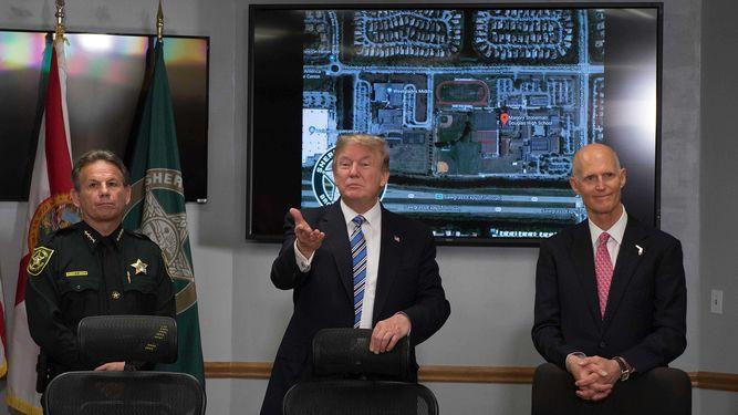 Trump se centra en equipos de emergencia en visita a Florida