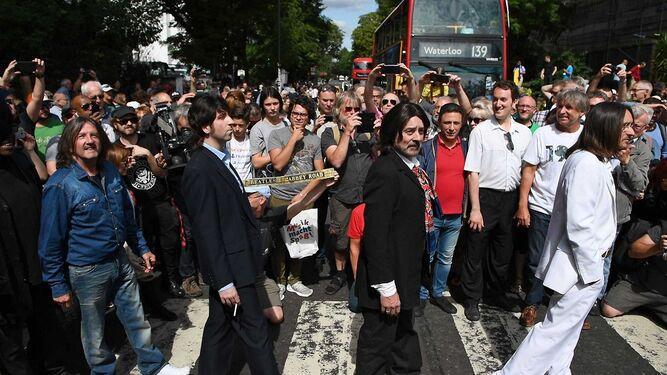 Fanes de Los Beatles celebran el aniversario 50 de la foto de Abbey Road