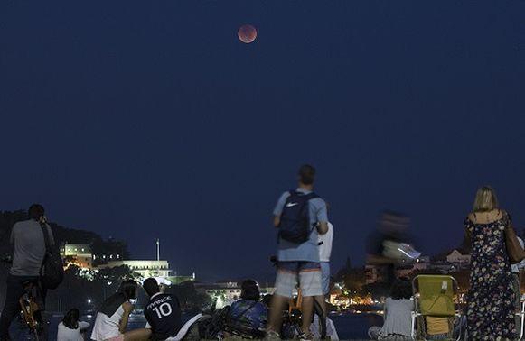 El mundo observa el eclipse lunar más largo del siglo