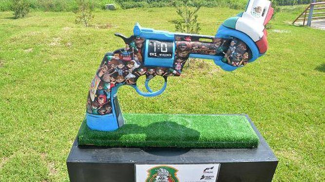 Exhiben muestra artística 'pistolas por la paz'