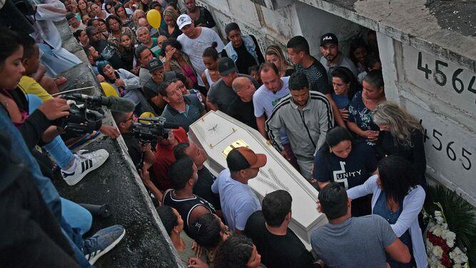 Dolor y rabia por muerte de niña durante acción policial en Río de Janeiro