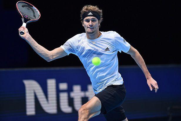 Djokovic doma a Zverev y no faltará en las semifinales del Masters