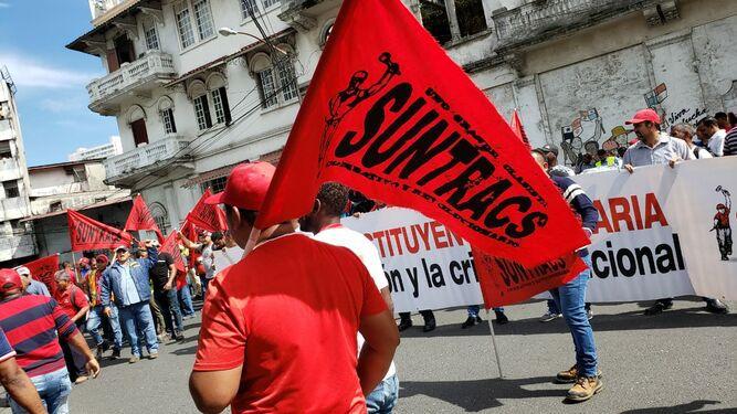 Obreros del Suntracs protestan frente a la Asamblea; control de multitudes llega al lugar