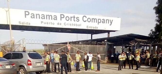 Trabajadores de seguridad del puerto de Cristóbal cierran la entrada a la terminal