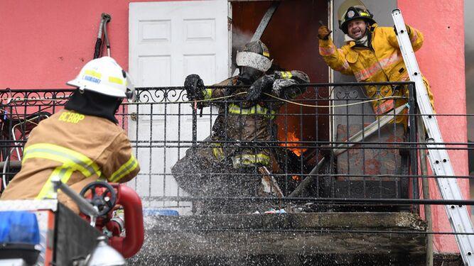 Incendio en El Chorrillo deja un bombero muerto y otro herido