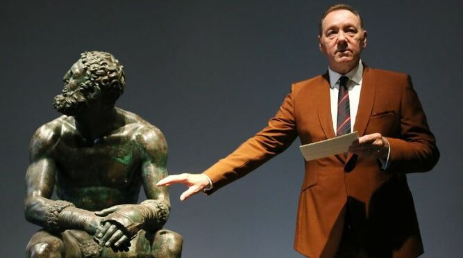 Kevin Spacey  reaparece leyendo poesía en  un museo de Roma