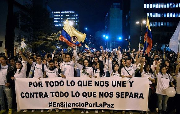 Decenas de miles marchan a favor de la paz en  Colombia