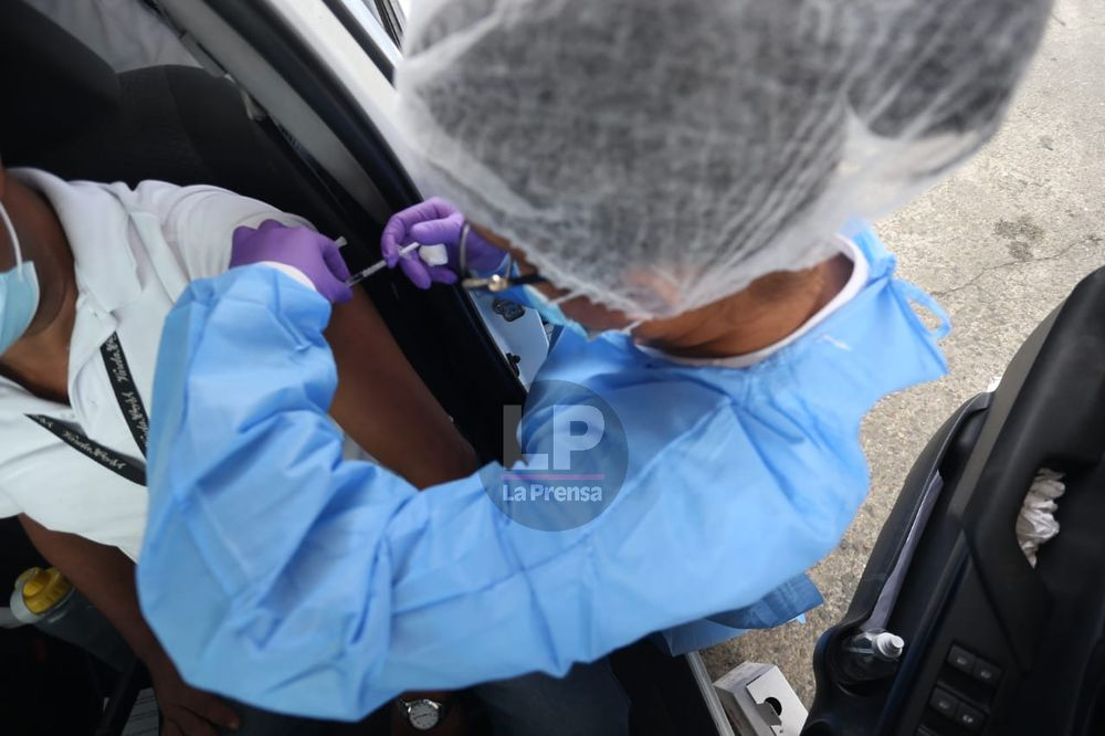 Se registra récord de vacunación en el auto rápido del Rommel Fernández