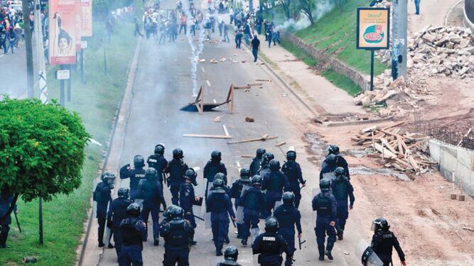 Policía hondureña disuelve con violencia protesta contra gobierno de Juan Orlando Hernández