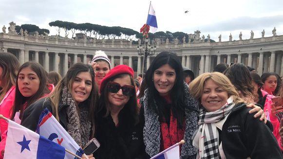 Papa Franciscosaluda a un grupo de panameñas en la plaza de San Pedro: 'Habéis venido para llevarme'