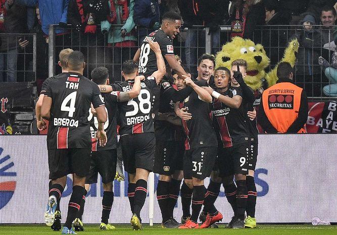 Bayern tropieza en Leverkusen, pero Dortmund perdona